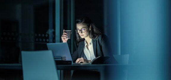 Arbeitgeber muss Überstunden ohne positive Kenntnis vergüten. Urteil des Arbeitsgerichts Emden, Az.: 2 Ca 144/20.