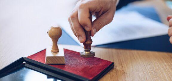 Immobilien: Beurkundungspflicht von Verträgen, die Bedingung für Grundstückskauf sind.